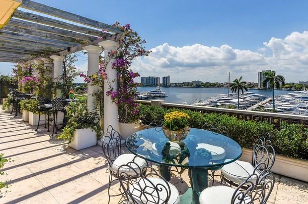 Lakeside / Riverside Pergola Deck To Enjoy Fresh Air