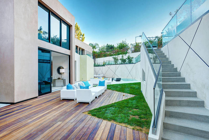 Contemporary Side Yard (17)